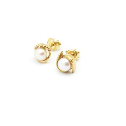 Złote kolczyki z perłami na sztyfcie