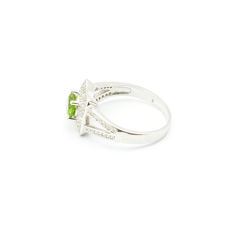 Delikatny pierścionek z sułtanitem.