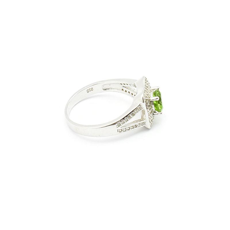 Elegancki srebrny pierścionek z sułtanitem.
