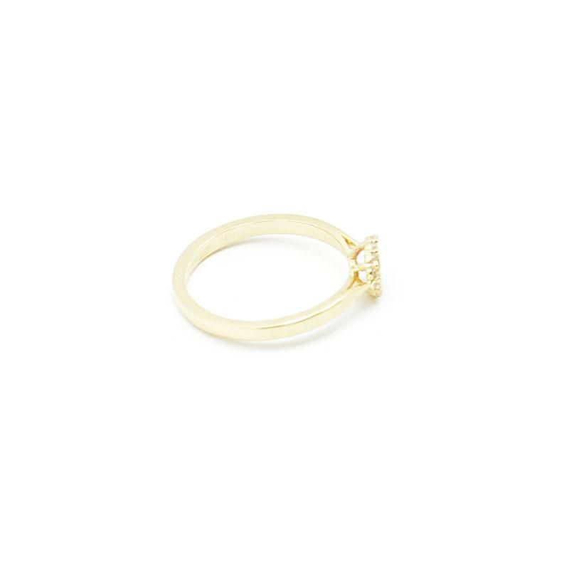 Mały złoty pierścionek.