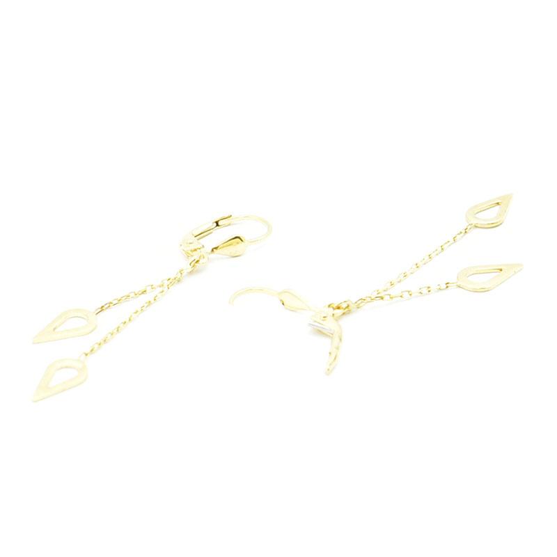 Para złotych wiszących kolczyków.