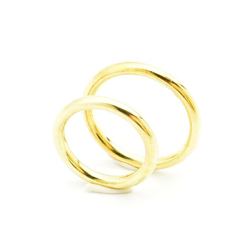 Okrągłe złote obrączki.