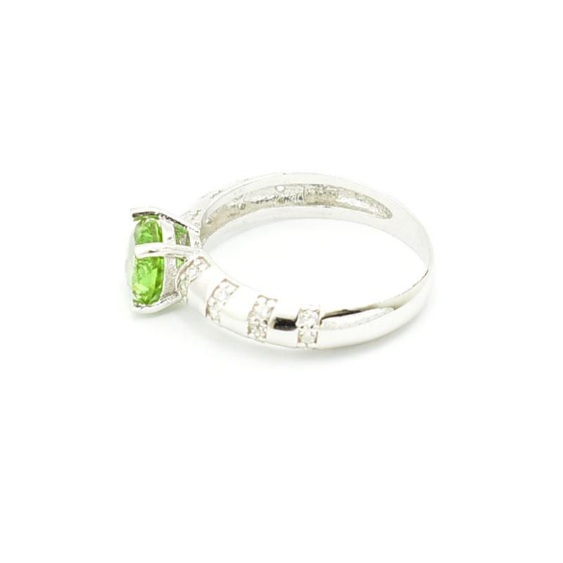 Elegancki srebrny pierścionek.