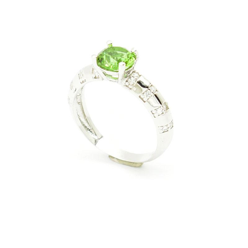 Elegancki srebrny pierścionek zdobiony cyrkoniami.
