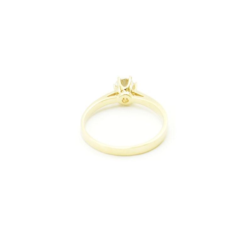 Wnętrze złotego pierścionka z cyrkonią