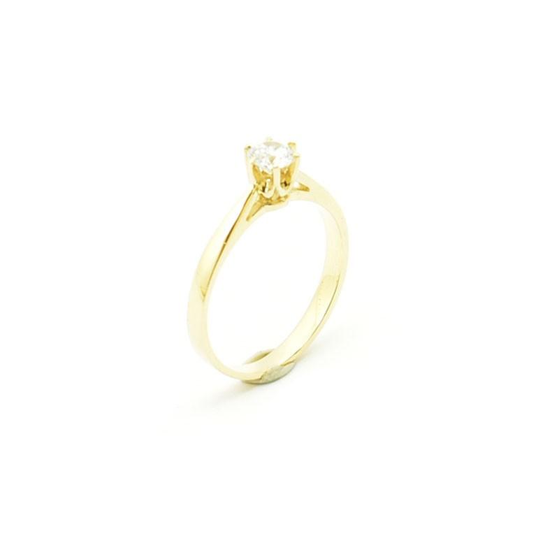 Klasyczny złoty pierścionek z cyrkonią oprawioną w szaton.