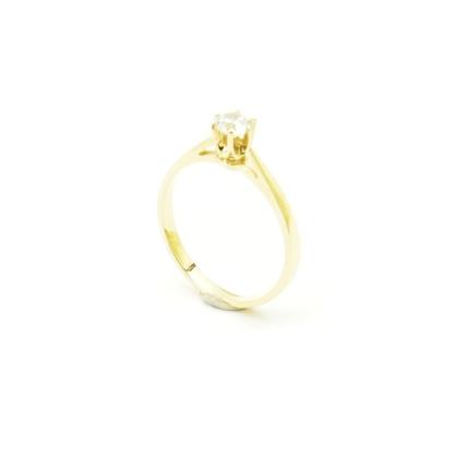 Klasyczny złoty pierścionek z cyrkonią.