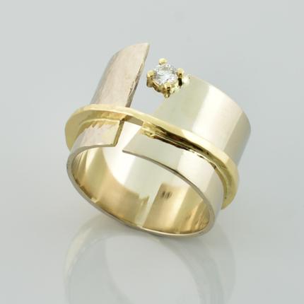 Szeroki pierścionek z żółtego i białego złota z brylantem