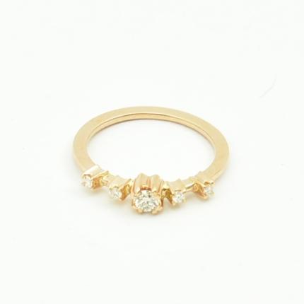 Pierścionek zaręczynowy z różowego złota z brylantami.