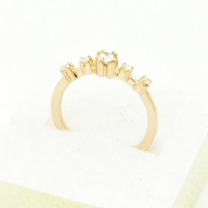 Delikatny złoty pierścionek zaręczynowy.