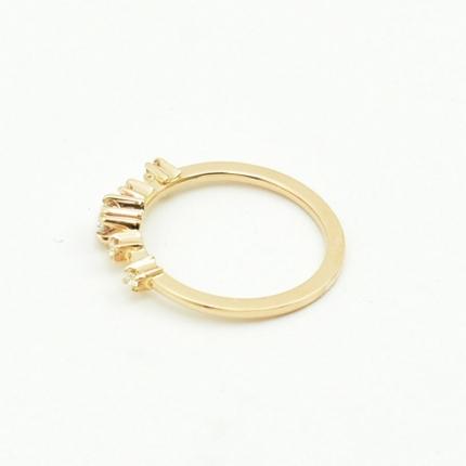Elegancki złoty pierścionek.