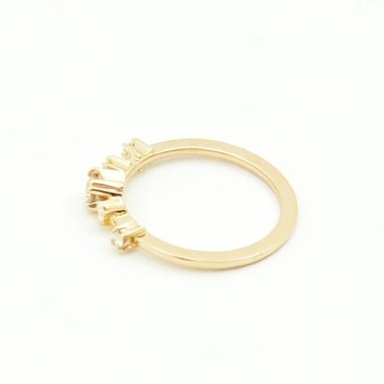 Klasyczny złoty pierścionek zaręczynowy z brylantami.