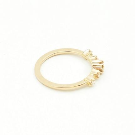 Klayczny złoty pierścionek zaręczynowy.