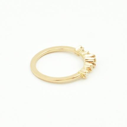 Jeden duży i cztery małe brylanty w pierścionku zaręczynowym.