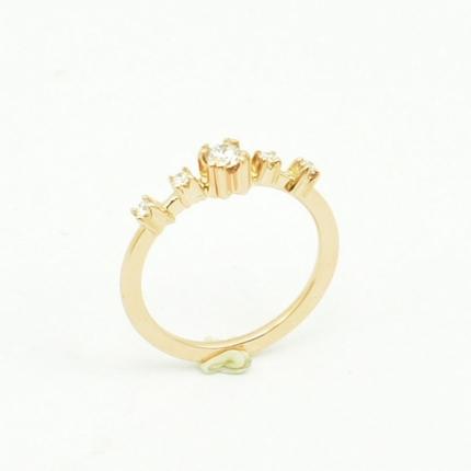 Ręcznie wykonany pierścionek zaręczynowy z różowego złota.