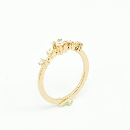 Elegancki pierścionek zaręczynowy z różowego złota.
