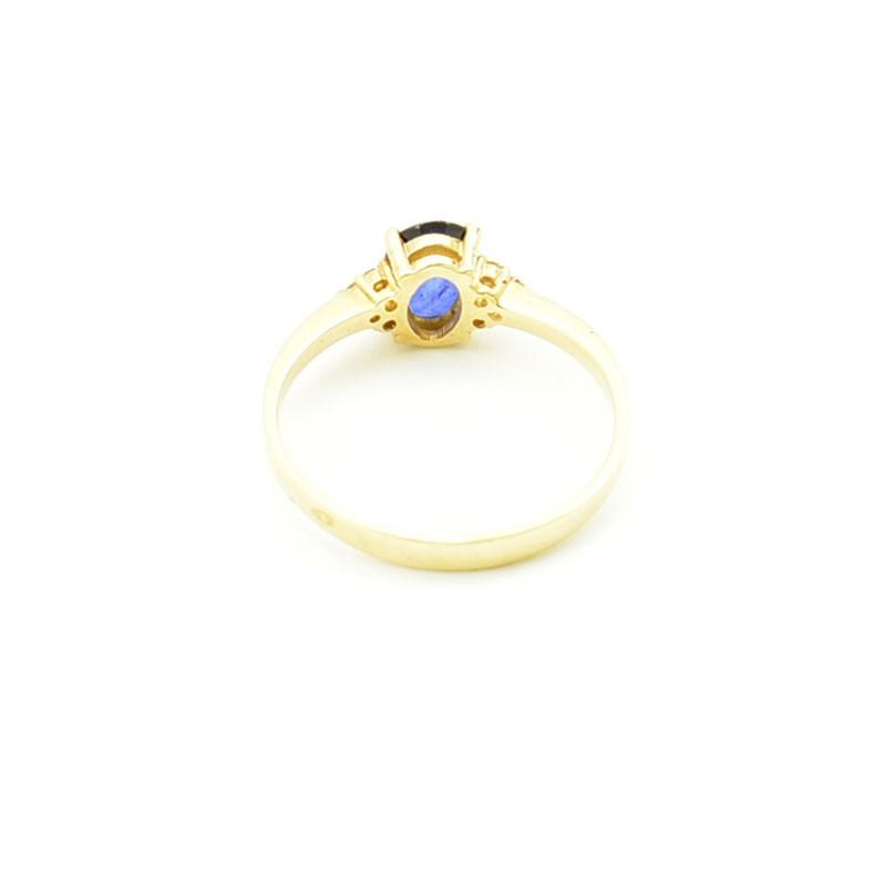 Wnętrze złotego pierścionka z szafirem i brylantami.