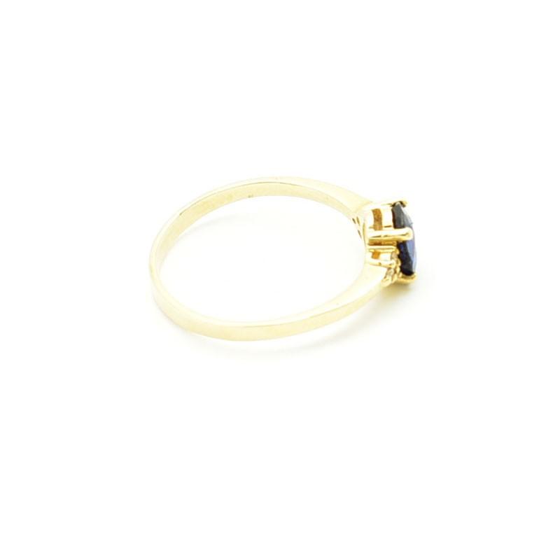 Złoty pierścionek z naturalnym szafirem oprawionym w łapki.