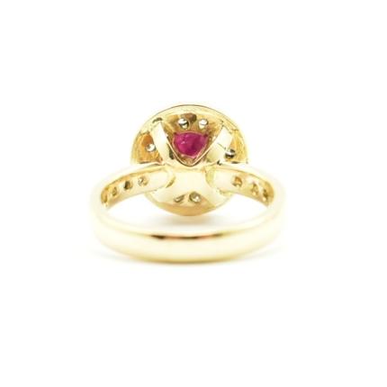 Ręcznie wykonany pierścionek zaręczynowy.
