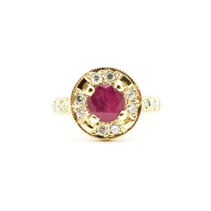 Rubin i diamenty w pierścionku z żółtego złota.