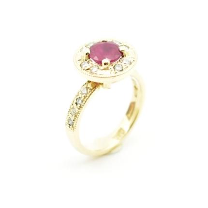 Rubin i diamenty - pierścionek zaręczynowy.
