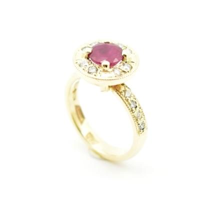 Ręcznie wykonany pierścionek z rubinem i diamnetami.