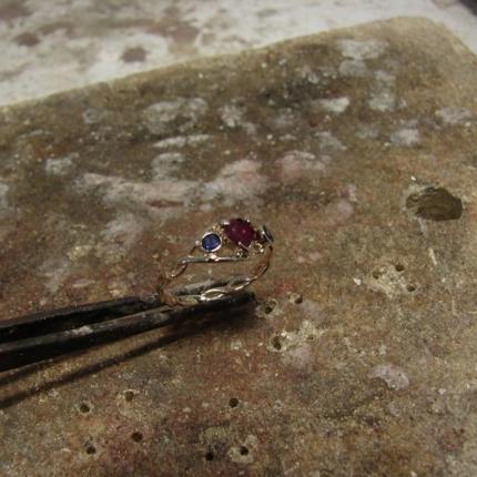 Pierścionek zaręczynowy z rubinem w kształcie serca i szafirami