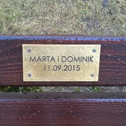 Mosiężna tabliczka na ławkę.