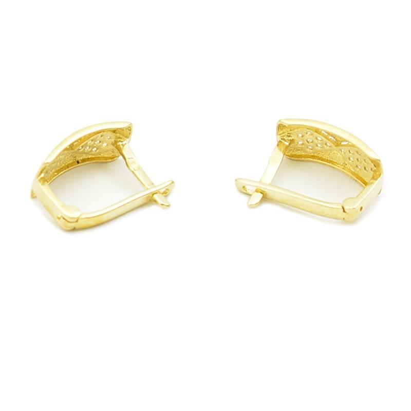 Złote kolczyki na angielskim zapięciu ozdobione białymi cyrkoniami.