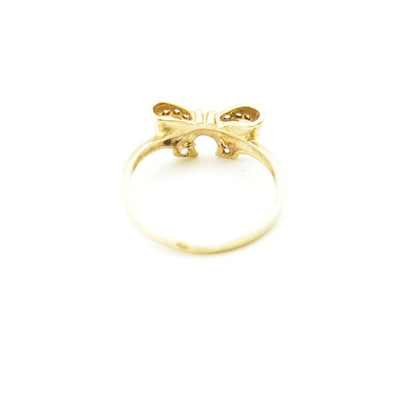 Wnętrze złotego pierścionka.