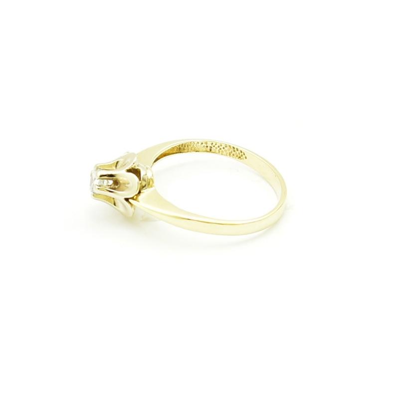 Elegancki złoty pierścionek z cyrkonią.