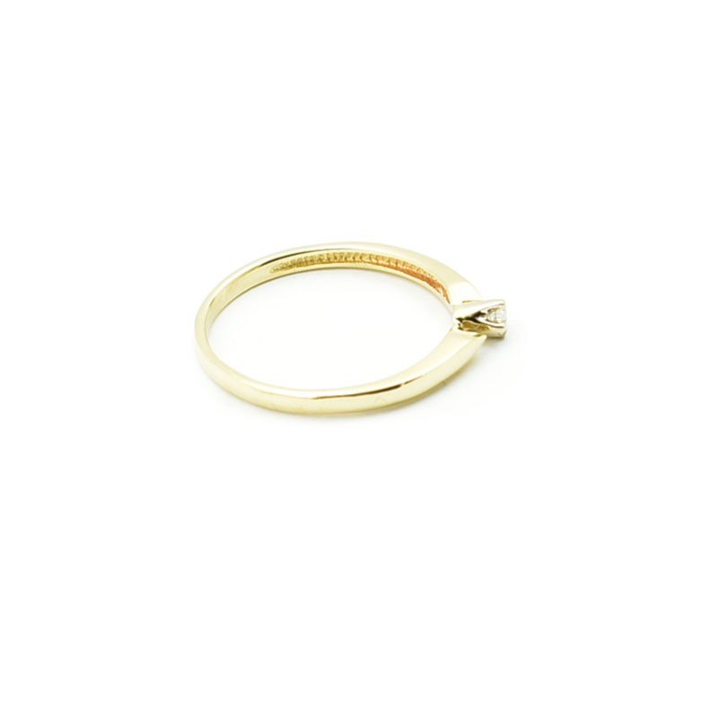 Złoty pierścionek z brylantem.