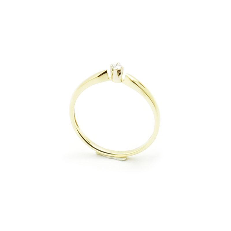 Delikatny pierścionek zaręczynowy z brylantem.