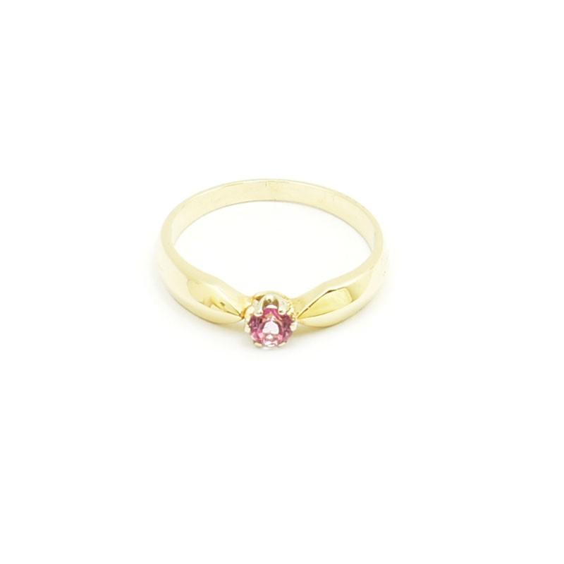 Złoty pierścionek z różowym topazem.