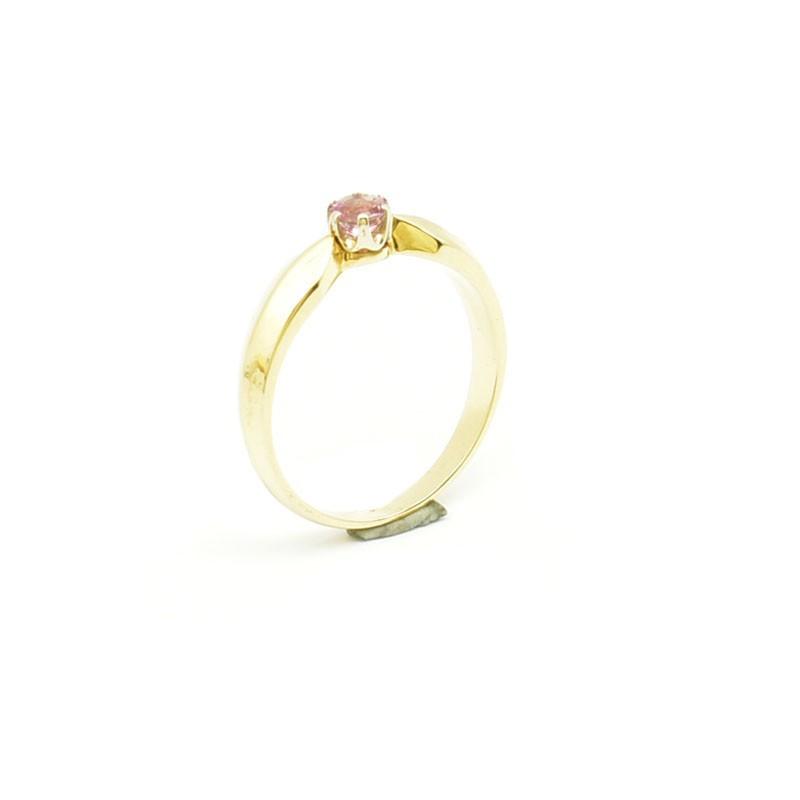Elegancki pierścionek z topazem.